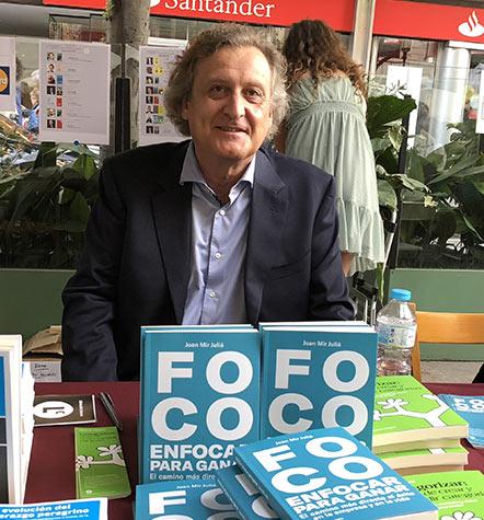 joan mir juliá con su libro Foco